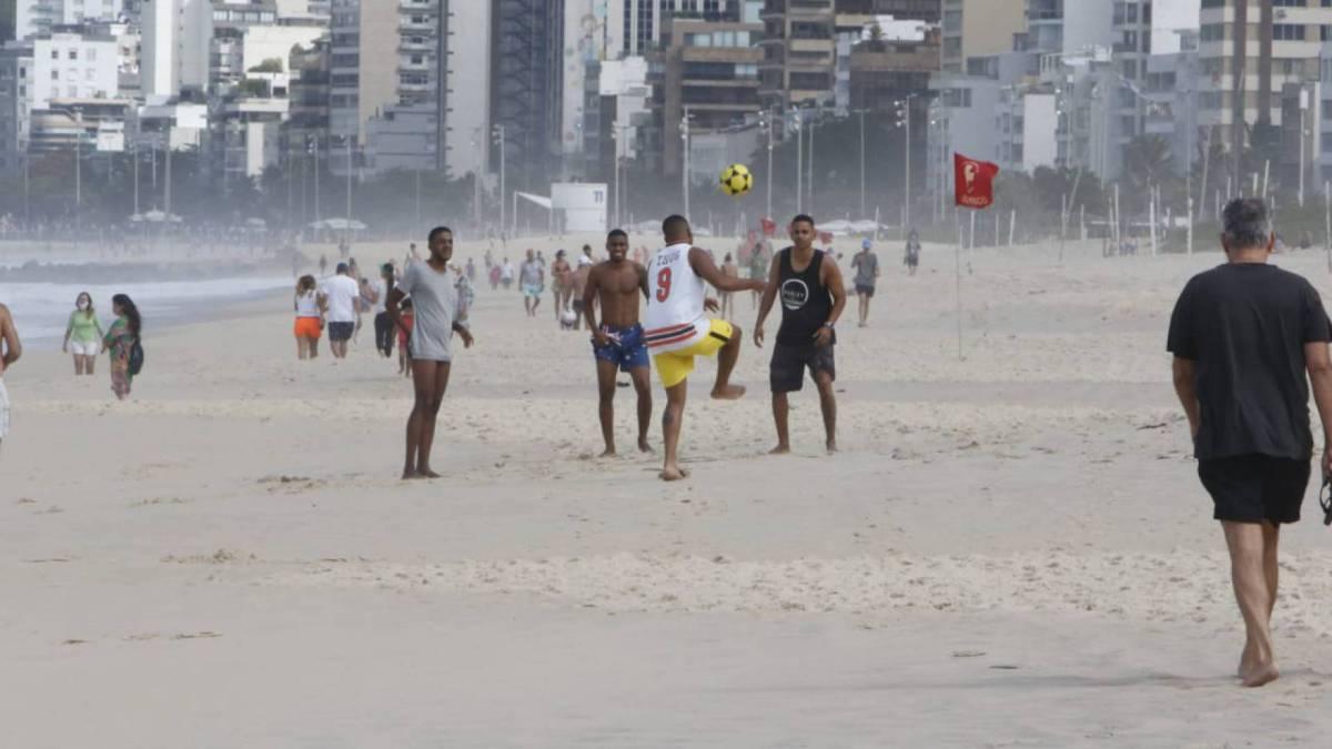 Movimentação na praia do Leblon na manhã deste domingo
