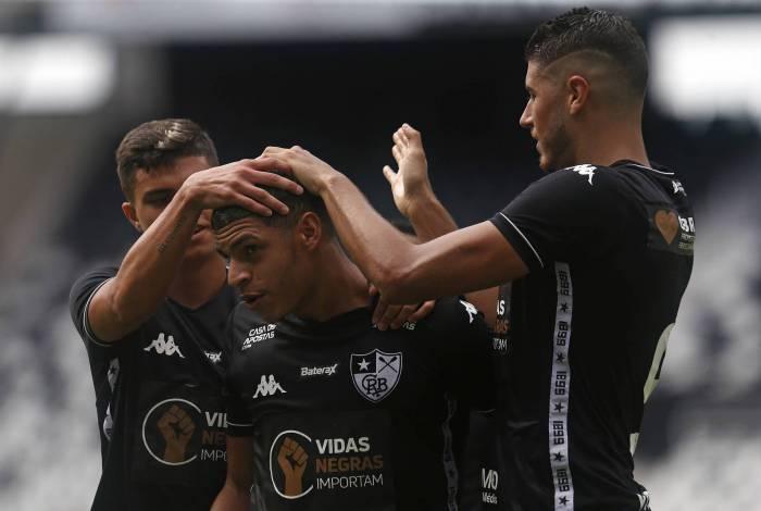 Melhor em campo, Luis Henrique (C) é festejado após marcar o quinto gol