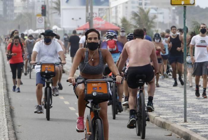 Movimentação na Praia do Leblon, neste domingo (28)