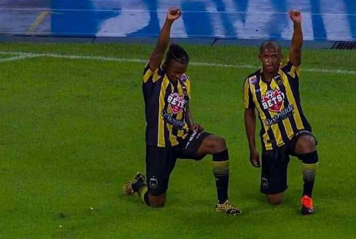 Na comemoração do segundo gol, Saulo Mineiro se ajoelhou e ergueu o punho, em alusão ao movimento #VidasNegrasImportam