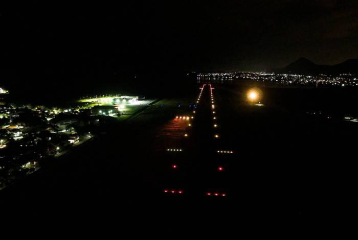 Balizamento noturno inclui teste do sistema de sinalização para guiar pousos e decolagens durante a noite