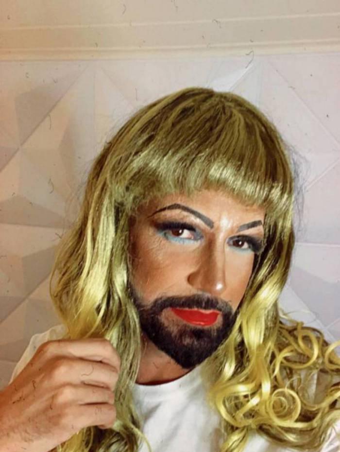 Latino se caracterizou de drag queen