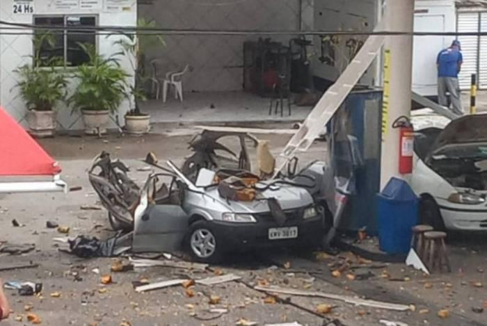 Um Celta ficou destroçado com explosão durante abastecimento com GNV em posto de Campos