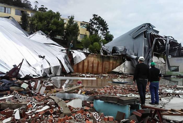 Galpão destruído após ciclone