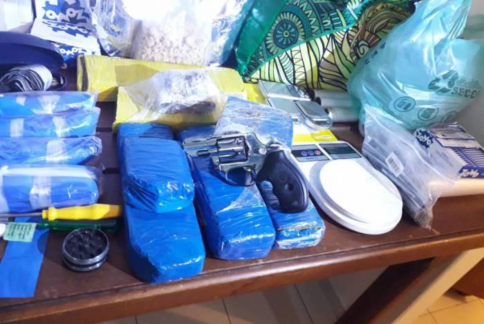 Polícia Militar encontrou grande quantidade de drogas com cadáver em apartamento da Pelinca, bairro nobre de Campos