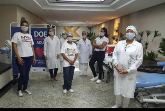 Antes de ir à casa dos doadores, equipe da Clínica de Hemoterapia de Niterói faz entrevista para saber se voluntário tem sintomas de covid-19