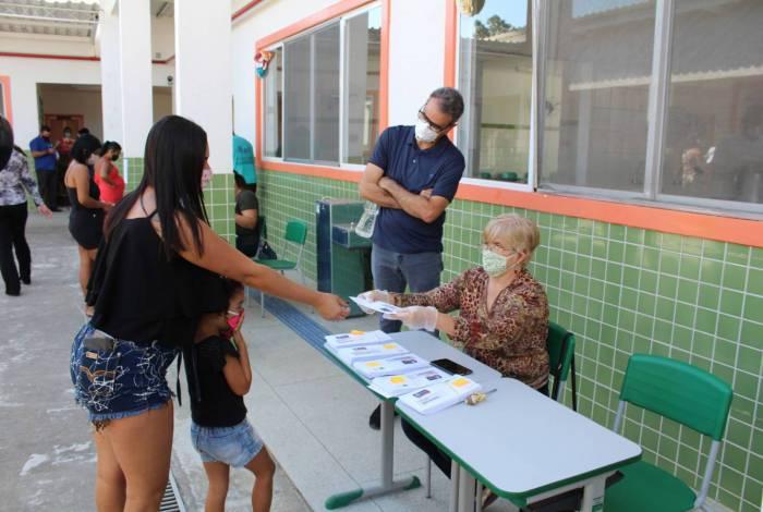 Distribuição de cartões-alimentação em Nova Iguaçu para alunos da rede de ensino