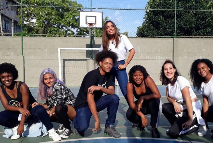 Anitta e os jovens do Solar Meninos de Luz