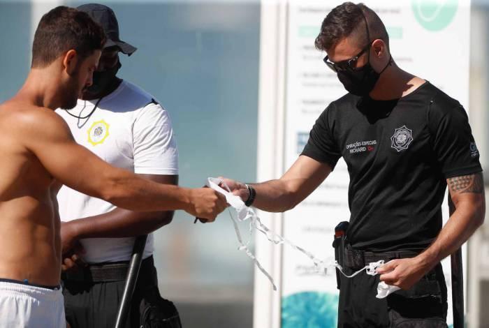 Agentes de segurança deram orientações nas praias do Arpoador e Ipanema e distribuíram máscaras