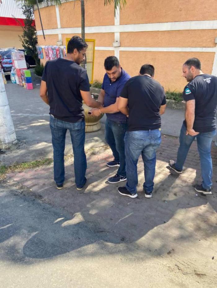 Bicego (camisa azul) foi preso e Léo Problema (detalhe) está foragido