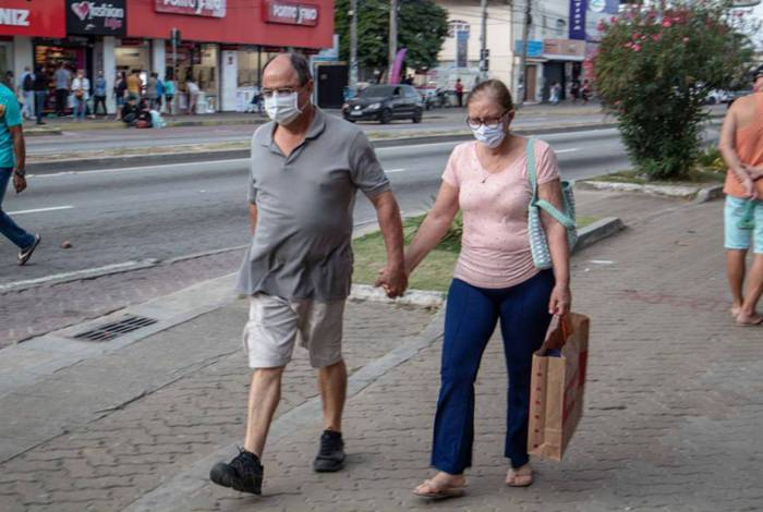 As máscaras devem ser usadas cobrindo a boca e o nariz, evite tocar a frente da máscara com as mãos