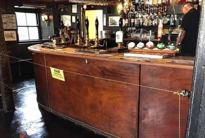 Bar instala cerca elétrica para distanciar clientes, na Inglaterra