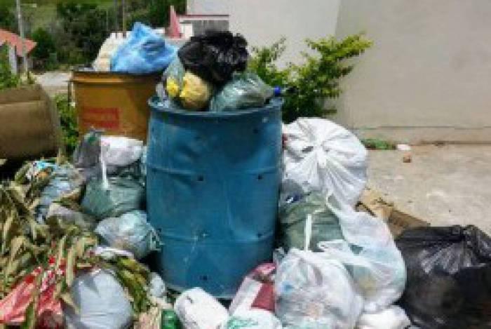Lixo acumulado na Rua 34 do Jardim Atlântico