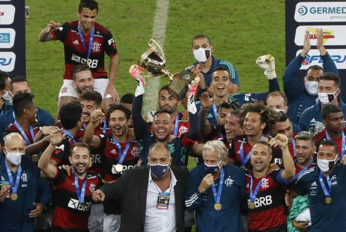 Flamengo levanta o título do Carioca