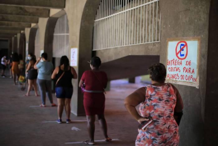 Entrega de cestas básicas pela prefeitura de Nilópolis