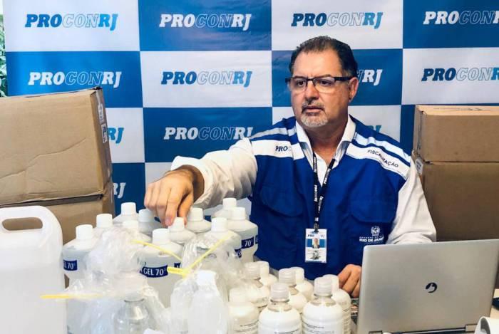Procon suspende venda de álcool gel após fiscalização no Centro e na Tijuca