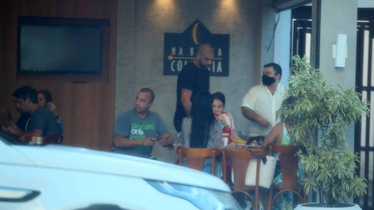 Adriano Imperador e amigos em barzinho na Barra da Tijuca