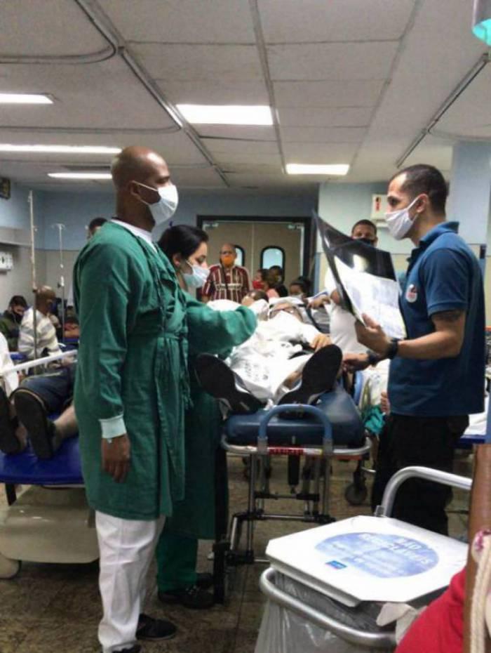 Em plena pandemia, pacientes aglomerados aguardam internação ou cirurgia na sala verde, muitas vezes até em pé por falta de macas