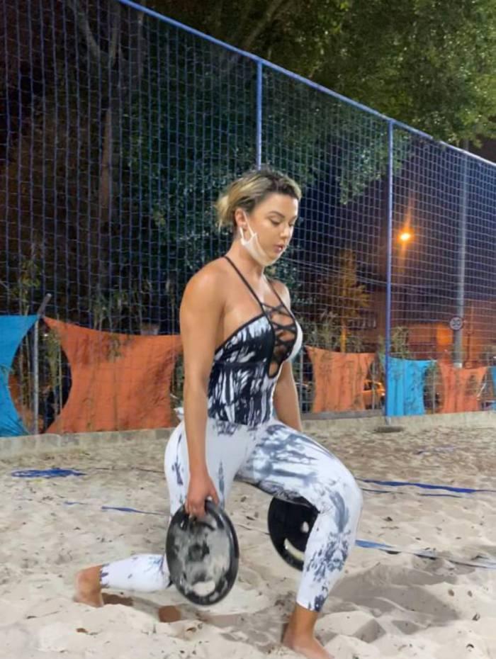 Musa fitness, Amanda França aposta em treino funcional na areia: