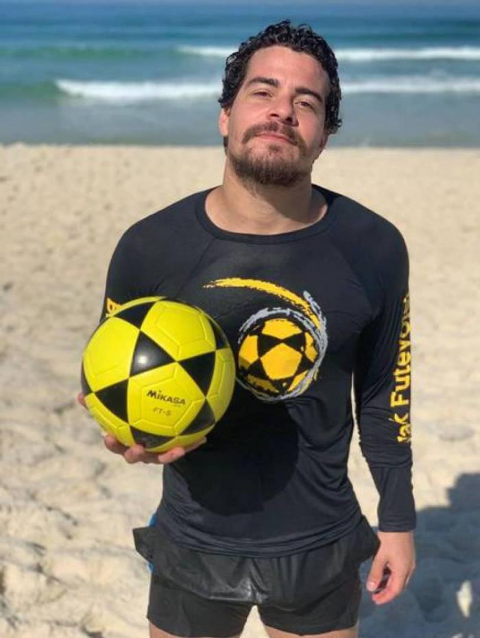 Thiago Martins deixa volumão indiscreto aparecer