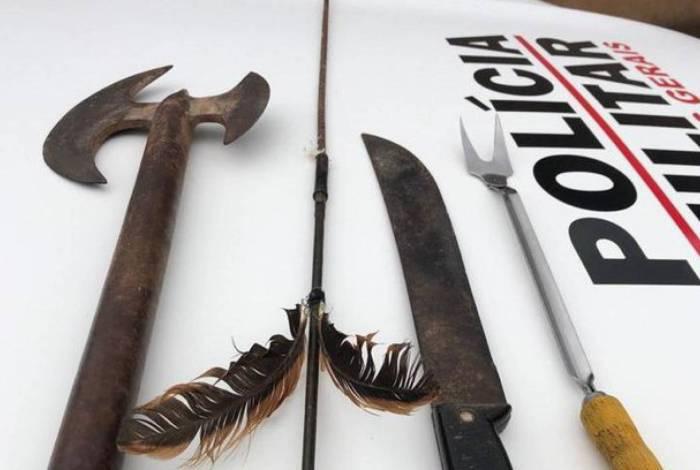 Homem usou um facão, um machado e até mesmo uma flecha para ameaçar a criança