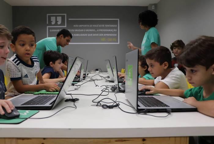 Plataforma também possui conteúdos para ajudar pais e educadores durante o isolamento social