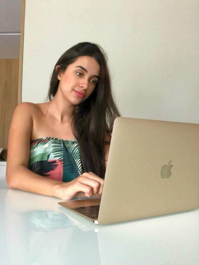 Maria Clara Pontes, de 23 anos, de Niterói, também ingressa em uma aula ao vivo com os colegas do curso de inglês
