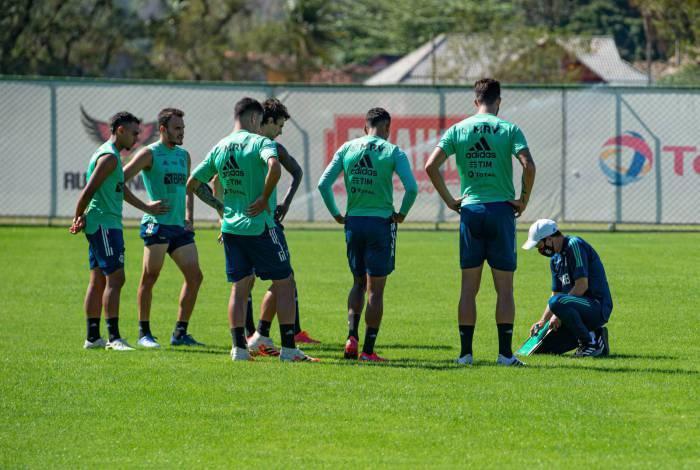 Enquanto aguardam contratação de novo treinador, jogadores do Flamengo mantém empenho sob comando de Maurício Souza