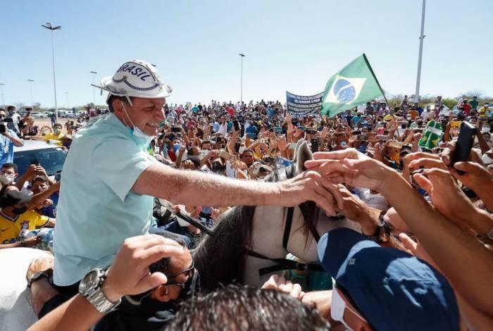 Presidente da República, Jair Bolsonaro, cumprimenta populares no Aeroporto Internacional Serra da Capivara de São Raimundo Nonato .
