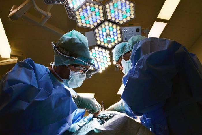 Cirurgião explica que o paciente deve verificar se o médico possui a qualificação adequada