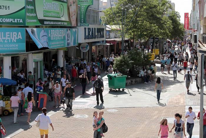 Fica autorizado a retomada de atividades do comércio de rua, com funcionamento estabelecido no período das 10h às 16h