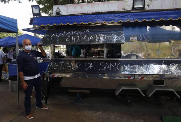Frases agressivas foram pichadas no trailer, em praça do Valqueire