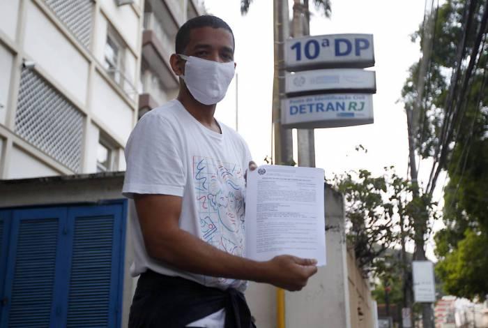 O auxiliar de táxi Jonathan Carvalho na porta da 10ª DP (Botafogo), onde fez o registro de ocorrência da agressão, na manhã de ontem. Seop nega ter privilegiado evento