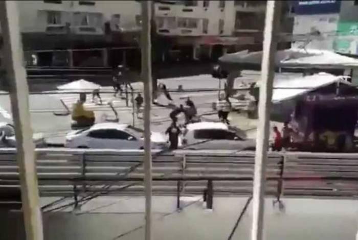 Torcedores se enfrentam no Largo do Bicão, na Vila da Penha