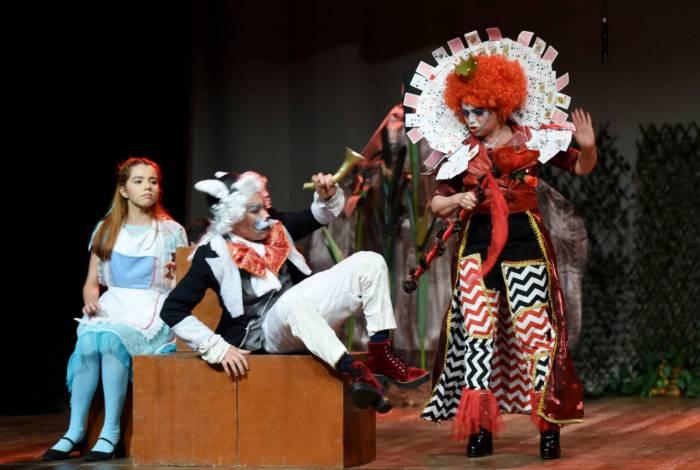 Um dos espetáculos infantis garantidos do evento Arena Drive In, a peça teatral Alice no País das Maravilhas promete entreter a garotada