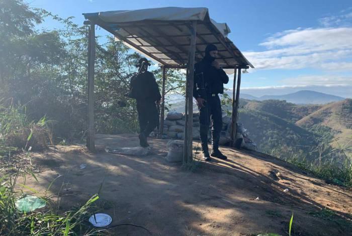Bunker tinha tendas para abrigar do sol e da chuva no alto da favela