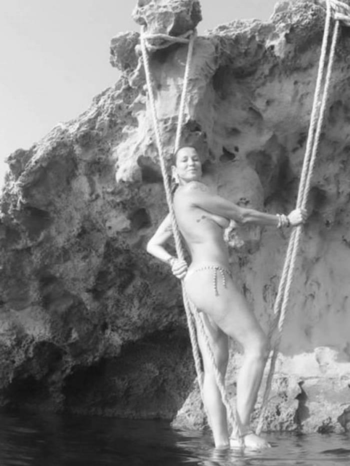 Luana Piovani faz topless em Ibiza, na Espanha