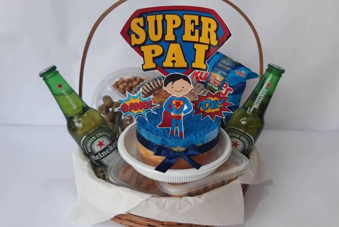 Faro de Bolo tem cesta especial com bolo recheado (cinco fatias), 15 salgadinhos fritos ou assados, um pacote de batata Rufles, uma quiche (18 cm), um fondue salgado e duas cervejas long neck, por R$150