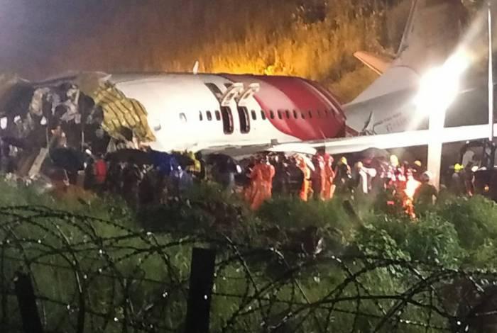 O avião partiu ao meio após se chocar na pista do aeroporto. São 123 feridos, sendo 15 em estado grave