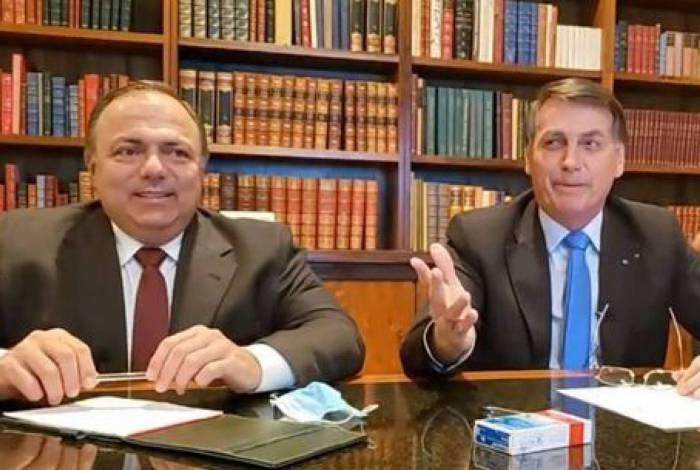 O ministro interino da Saúde, general Eduardo Pazuello participou da live do presidente Bolsonaro na quinta-feita. Quase 100 mil brasileiros mortos e eles sorriem