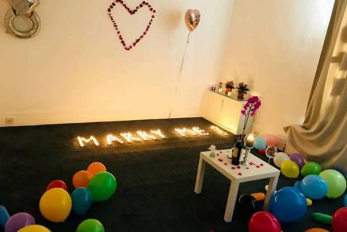 Homem inova ao pedir mulher em casamento e incendeia o apartamento