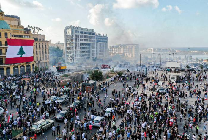 This picture taken on August 8, 2020 shows an aerial view of clashes between demonstrators and security forces, in downtown Beirut on August 8, 2020, following a demonstration against a political leadership they blame for a monster explosion that killed more than 150 people and disfigured the capital Beirut. (Photo by - / AFP)