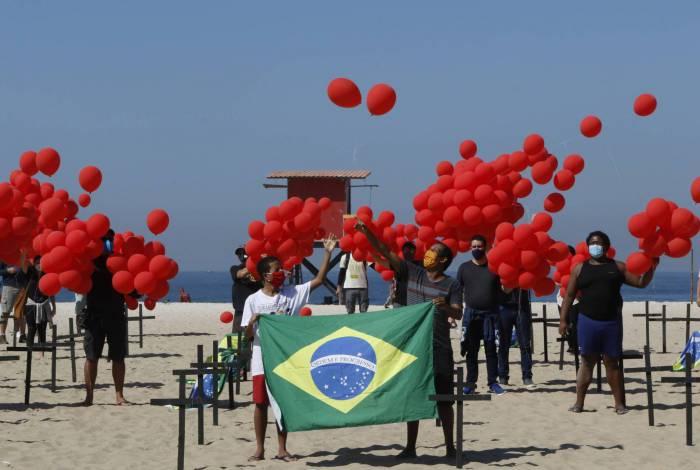 A ONG Rio de Paz protestou ontem na Praia de Copacabana em homenagem aos mortos da pandemia