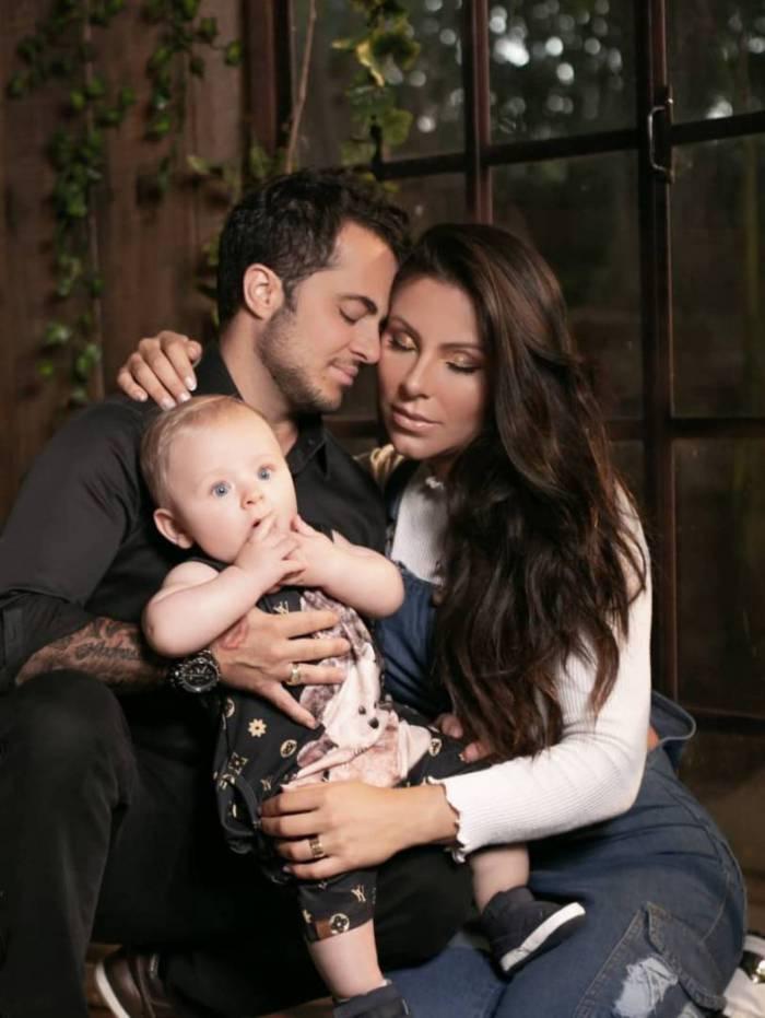 Thammy Miranda e Andressa Ferreira posam com o filho, Bento