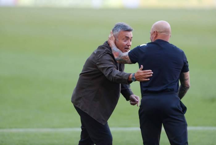 Domènec Torrent cumprimenta Jorge Sampaoli: no duelo de técnicos estrangeiros no Maraca, o espanhol perdeu para o argentino