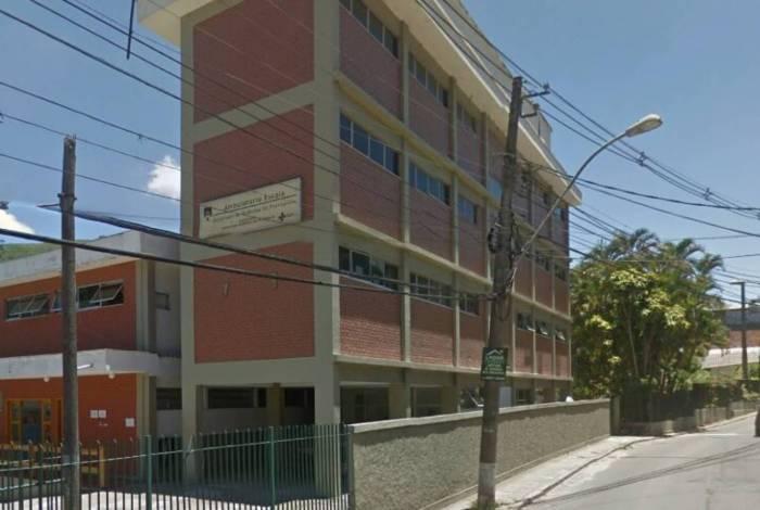 O projeto de construção é uma parceria entre o governo municipal, o Centro Universitário Arthur Sá Earp Neto/Faculdade de Medicina de Petrópolis e Lions Clubes Internacional