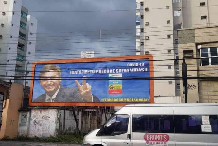 Outdoor de Vitória sugeria uso da cloroquina e tinha Bolsonaro como garoto-propaganda