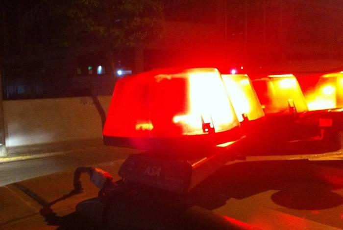 Homem que estava na garupa da moto apontou duas armas contra os policiais que atiraram