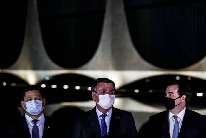 Ao lado do presidente do Senado, Davi Alcolumbre (esquerda), e do presidente da Câmara, Rodrigo Maia (direita), o presidente Jair Bolsonaro firmou compromisso com a pauta econômica