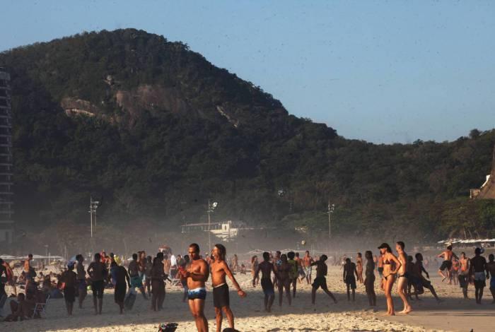 Banhistas aglomerados na Praia do Leme